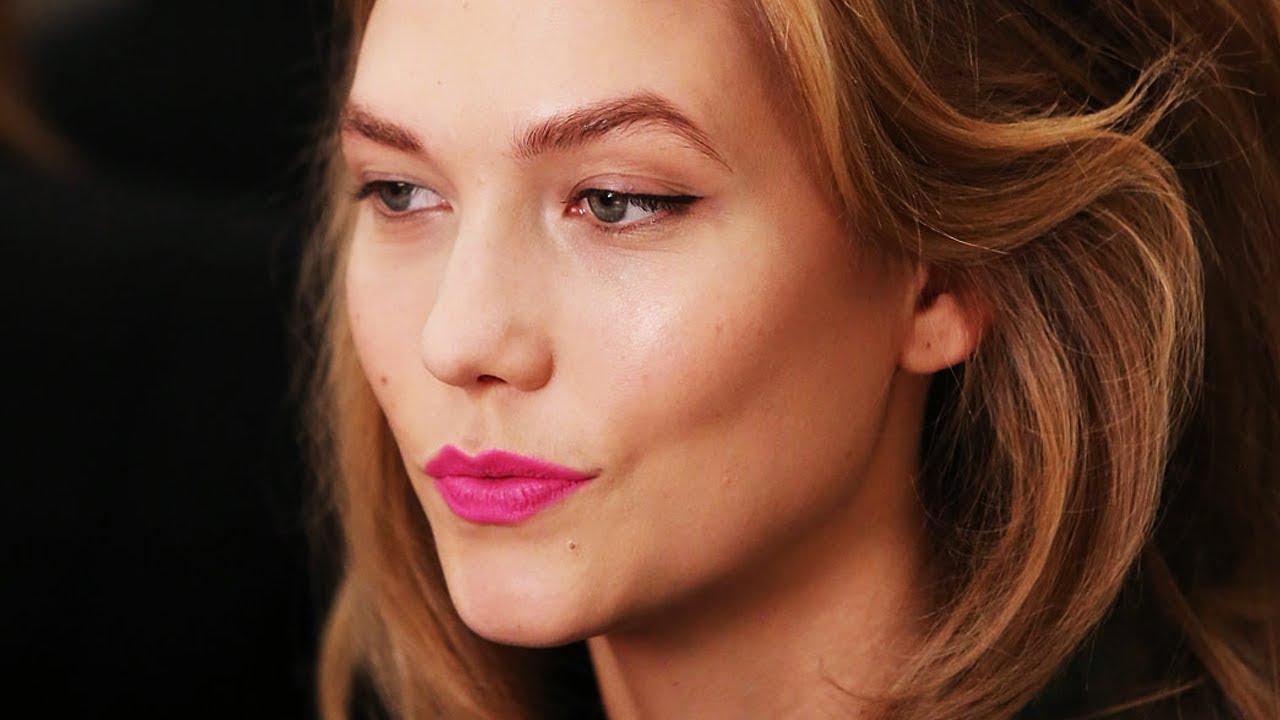 Modelo norte-americana Karlie Kloss com cabelo loiro, olhos verdes e batom rosa pink.